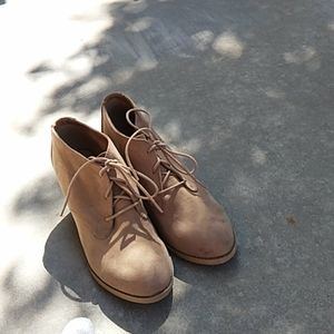 NWOT  Rocket Dog Lace-Up Beige Suede Ankle Booties